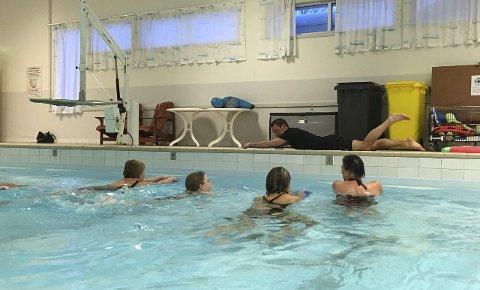 VANN GJØR GODT: Ukentlig trening i bassenget betyr mye for deltakerne. Fysioterapeut Alexander Bjørnerud (på bassengkanten) leder seansene på frivillig basis. FOTO: PRIVAT
