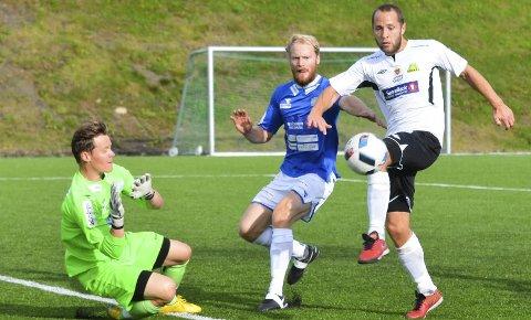 KJEMPESJANSE: Bård Olsen fikk tåa på ballen foran Flisas målvakt, men satte ballen høyt over fra seks meters avstand.