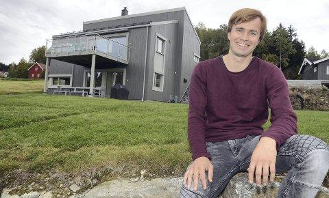 I min fars hus: Tor Brekke Skjøtskift (36) og familien trives godt i huset på Jaren, som far og pensjonert arkitekt Ola har tegnet.