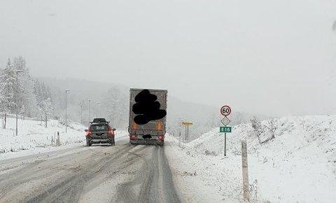 STÅR FAST: Et av de to tunge kjøretøyene som står fast i Olumslinna.
