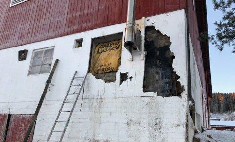 OMFATTENDE: Brannvesenet måtte rive deler av murveggen, demontere pipa og ta ut vinduer. Foto: Sæmund Moshagen