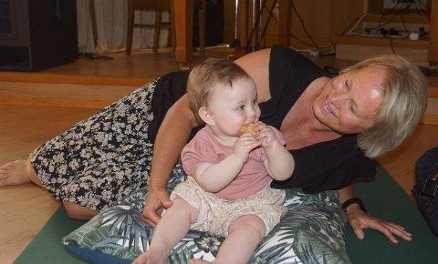 STOLT: Maiken Sangnæs Berget (9 måneder) er Eli-Mettes første barnebarn. Sammen koser de seg på babysang.