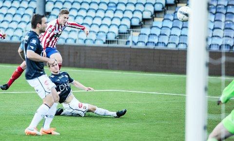 BARE NESTEN: Jacob Madsen Lund og Kvik Halden har prøvd, men aldri slått Strømsgodset 2 på Marienlyst i Drammen. Mandag får haldenserne en ny sjanse.