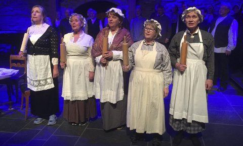 SANG: Konsentrerte sangere under prøvene til sangteatret.Foto: Margrete Ruud Skjeseth