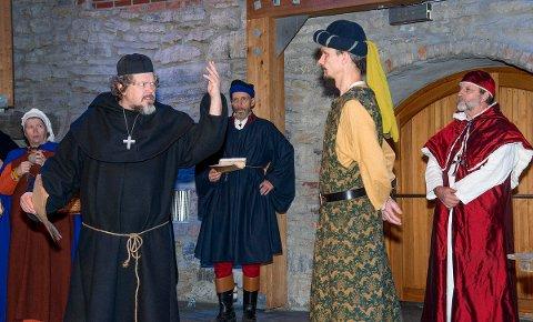 DRAMATISK: Biskop Mogens, skildret av Jonas Kippersund. Truid Ulfstand spilles av Ole Kristian Thomassen.