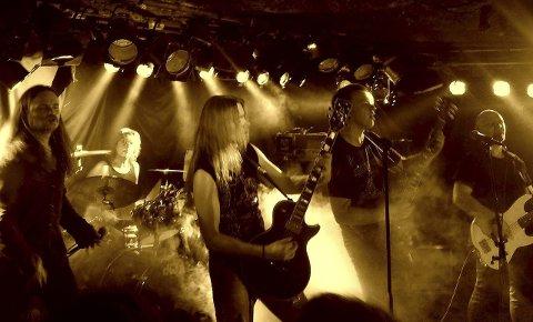 Powerslaves: Oddingen Bjørn Moe på trommer og resten av Powerslaves er klar for å rocke Iris Scene med sin Iron Maiden-tribute lørdag.Pressefoto