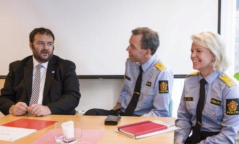 Kommunen: – Her lokalt har vi opplevd god kontakt med politiet. Me er opptekne av å sikra at det held fram, seier ordførar Roald Aga haug (t.v.) til politimeister Kaare Songstad og visepolitimeister Ida Melbo Øystese.