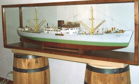 MODELL: Paul O. Furdal fra Haugesund har laget en nøyaktig modell av «Vibran» etter originaltegningene. FOTO: Privat