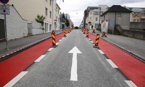 «RØD LØPER» : De nye sykkelfeltene er merket med rødt, og åpner for sykling mot enveiskjøringen i Skjoldavegen.