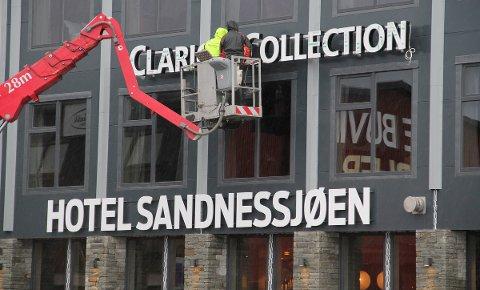 Clarion-skiltet ble plukket ned da Syv Søstre Holding overtok hotellet i Karivika. Foreløpig ser det ut til at dørene likevel ikke åpner igjen til våren.
