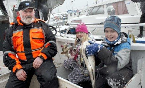 REAGERER: Leder i Dønna Fiskarlag Bård Leirvik (til venstre) og fiskerne i Nordland reagerer på Sjømatmeldinga. Her sammen med Julie Pedersen Titternes og Henning Austad. ArkivFoto: Charles Moursund