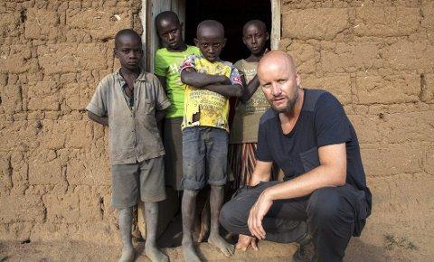 Engasjert: Hallvard Holmen reiste til Rwanda for å bli bedre kjent med prosjektene til Plan International Norge. Det resulterte i ytterlige to fadderbarn og programserien «Heia jentene!» på TV3. Nå oppfordrer han alle helgelendinger til å bli Planfadder. – En superb måte å sette Helgeland på kartet! Da blir Helgeland Norges mest sympatiske region i tillegg til å være den vakreste. Foto: TV3/Magnus Berggren