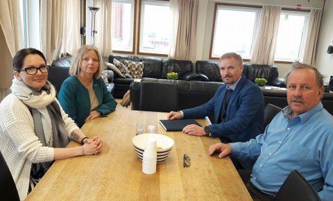 MØTE: Disse var på møtet på Hammerfest lufthavn torsdag. Fra venstre: Eni-ansatt Fay-Renee Franksdatter Nilsen, regiondirektør i Avinor, Hanne Beate Laugerud, lufthavnsjef Kjetil Kvamme, og leder av helikopterkomiteen, Tor Greger Hansen.