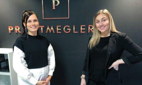 FERDIG UTDANNET: Maiken B. Paulsen (til venstre) og Kristine Knudsen har fullført utdannelsen som eiendomsmegler. Foto: Trond Ivar Lunga
