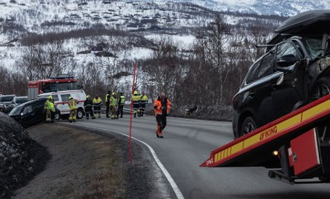 TO BILER: Det var to biler og fire personer involvert i trafikkulykka på Gratangsfjellet søndag ettermiddag.