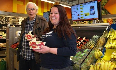 MÅ HA JORDBÆR: Sigbjørn Dolonen unner seg en kurv  jordbær tidlig i sesongen. - Men når de koster tjue kroner kurven, da slår jeg til med en hel kasse, humrer han. Her sammen med frukt- og grøntansvarlig på Coop Extra i Vadsø, Dragana Dokic.