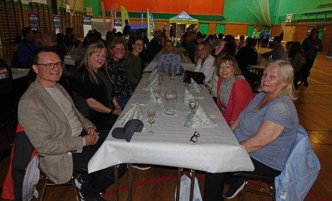 ORDFØRER OG ILDSJELER: Her ser du Nordkapp-ordfører Jan Olsen, og ved siden av ham sitter Edna Toften. Nummer to fra høyre er Marit Tjernstad, som la fram magasinplaner. Andre rundt bordet er Kristin Haga Martinsen, Edelh Ingebrigtsen, og Målfrid Gudim.