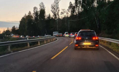 TETT TRAFIKK: Slik ser det ut på riksvei 22 oppover Gansdalen allerede klokka 06.15 om morgenen.