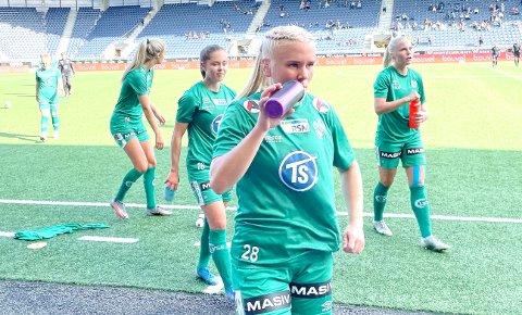SMAKTE GODT: Emma Braut Brunes (f.v.), Sofie Bjørnsen, Julie Austdal og Kaja Karlsen fikk endelig kjenne på hvordan det er å vinne en fotballkamp.