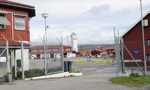 Vrir om nøkkelen? Foreløpig låses porten i Hof fengsel fra innsiden. Arkivfoto