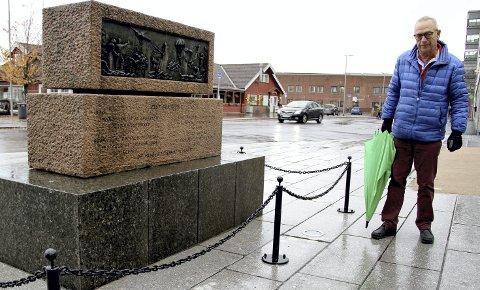 FLERE BØR MED: Tom Amundsen håper det vil være mulig å få flere navn med på krigsminnesmerkene i Holmestrand. FOTO: LARS IVAR HORDNES