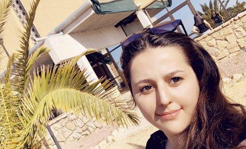 Lærerikt opphold i Spania: Arin Samo (21) skal bli fagarbeider for barn og unge. Hun har på rekordtid blitt integrert i den norske kulturen via språk og utdanning. Foto: Horten videregående skole