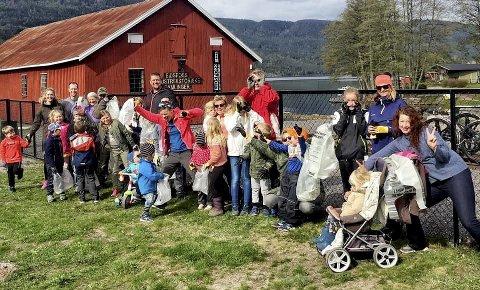 Rundt 40: Var med i dugnadsgjengen som ryddet rusk og rask i Eidsfoss. Foto: Privat