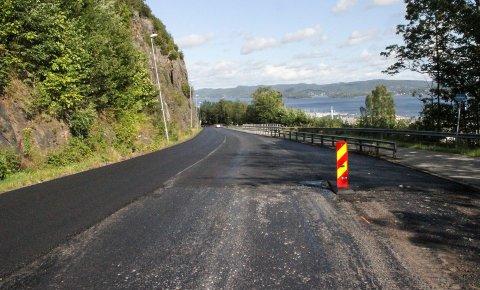 NY ASFALT: Denne uka kommer det ny asfalt i Nyveien/Hvittingfossveien. Første etappe natt til tirsdag stoppet her.