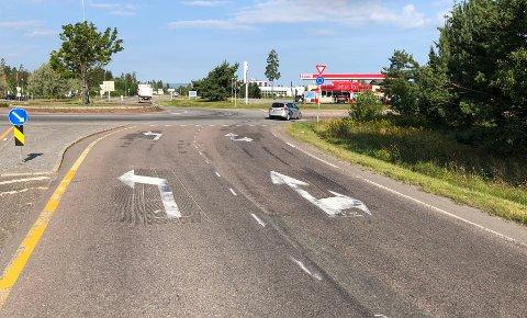 PERMANENT: Pilene i veibanen i rundkjøringen ved McDonald's nord for Jessheim sentrum har kommet for å bli.