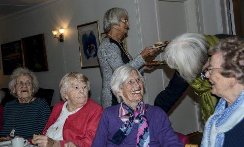 Marit Isaksen (t.v.), Bjørg Jørgensen og Torveig Kivle i samtale med Lisbeth Lønne. I bakgrunnen med kakefatet er Else Børresen.
