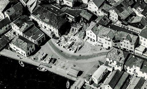 Flyfoto: Slik så Jens Lauersøns plass ut etter at Kringsjågården var revet. Legg merke til hvordan veien gikk i en bue rundt gården og ut mot Asbjørnsens brygge.