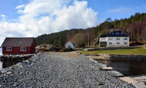LIGG FINT TIL: Gangstøvegen 48 ligg kloss ved sjøen og kan skilta med naust, anneks, kai og eiga sandstrand. (Arkivfoto).