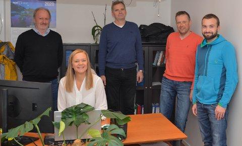 SUKSESS: Samarbeidet med BKS har gitt gjengen i Zenit Engineering AS fleire bein å stå på. Her ser du frå venstre: Trygve Kjerpeseth, Bente Marie Sjo, Tore Thorkildsen, Arne Haugland og Tor Valvatne på dagleg leiar Sjo sitt kontor på Husnes.