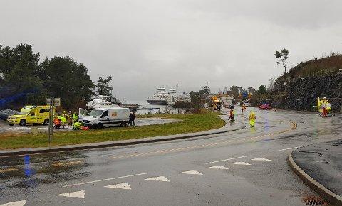 ULYKKE: Fire personer ved en salgsbod på Gjermundshavn fergekai i Kvinnherad kommune ble mandag ettermiddag påkjørt av en bil. Minst en person er alvorlig skadd. Foto: Tipser / NTB