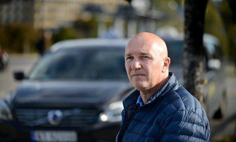En drosjesjåfør ble slått i ansiktet av en ruset person, men politiet hadde ikke kapasitet til å komme. Daglig leder  Geir Hanssen i Kongsberg Taxi AS mener politiet burde vurdert annerledes.