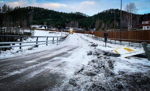 Onsdag brøytet mannskaper veien mellom Sandsværveien og Kongsberg teknologipark.