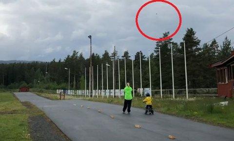 SPENNENDE: Barna ved Rekrutten barnehage synes det var spennende med jagerflyet de fikk se over Heistadmoen.