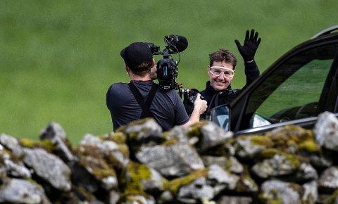 SMILTE OG VINKET: Skuespiller Tom Cruise i Hellesylt ved Helsetkopen i anledning innspillingen av den neste «Mission: Impossible»-filmen.