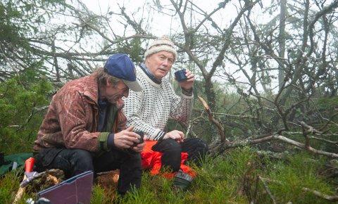 KAFFEPAUSE: Jørgen Knetter og Sigmund Stabæk tar seg en liten pause i arbeidet.