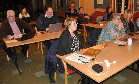 SKOLEBYGG: Steinar Friis (t.v.) har trukket seg fra styringsgruppa for Ramberg skole. Einar Benjaminsen (t.h.) kritiserer flertallet for ikke å lytte til fagfolk. Marit Refsvik Johansen (foran) tilhører flertallet i styringsgruppa.