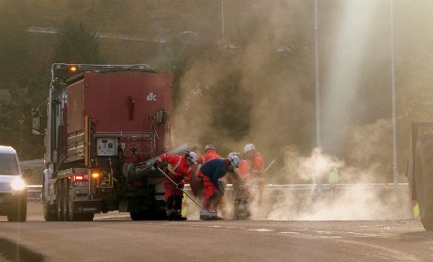 Arbeidet med å utvide veibanen skal etter planen ferdigstilles mandag. Bildet er tatt sist uke, da entreprenøren jobbet på strekningen mellom Buksnesbrekka og Gjerstadåsen.