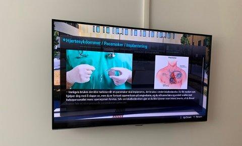 TV: Nå kan pasientene lese seg mer opp på sykedommer via tv-skjermene på Kalnes.