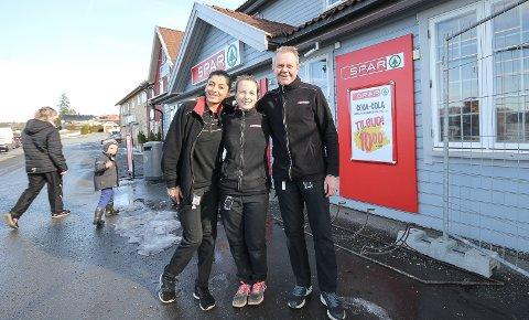 KJEMPESUKSESS: Spar-butikken på Ringvoll i Hobøl har opplevd en eventyrlig suksess etter oppussing og skifte av ledelse og eier. Det gleder butikksjef Oddleif Aaram og medarbeiderne Ella Nazari (t.v.) og Henriette Svalastog.