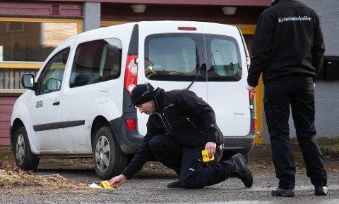 ETTERFORSKET: Krimteknikere var på plass dagen etter voldtekten. Saken har blitt omfattende etterforsket, men politiet har nå valgt å henlegge saken.