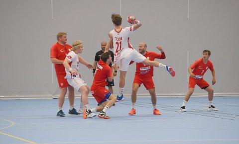 OPPTUR: Rørviks håndballherrer i 2. divisjon fikk en etterlengtet opptur på bortebane mot Strindheim. Spillende trener Anders Morken (nummer to fra høyre) tror på flere seire i fortsettelsen. Her fra cupmøtet mot Kolstad tidligere i sesongen.