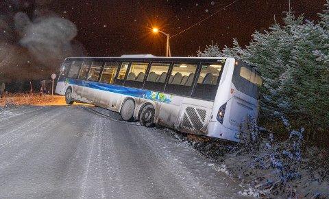 BUSS AV VEIEN: Her på Nordøyvegen skled bussen i grøfta, etter å ha stanset på et busstopp.