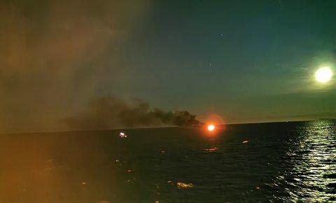 Dette bildet, tatt av mannskapet på Safir viser den brennende sjarken. Til venstre lys fra redningsflåten og RIBen som plukket opp fiskerne
