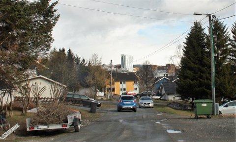 VENSTREKJØRING: Da Tromsøby besøkte Skagesundvegen, stod flere biler parkert i gata. Blant annet stod en bil slik til at bilistene måtte bedrive venstrekjøring rett før krysset til Borgtunvegen.