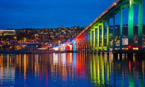 NY DRAKT: Tromsøbrua har fått ny fargedrakt og blir stengt 18.30 til 22.00 under nattevandringen lørdag kveld.