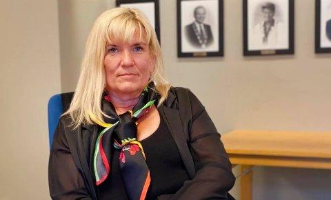 Ordfører Kari-Anne Opsal sier de 29 nærkontaktene er unge voksne som normalt sett ikke får alvorlige komplikasjoner av covid-19, og hun presiserer at utbruddet ikke betegnes som stigende smitte i samfunnet. Foto: Øivind Arvola